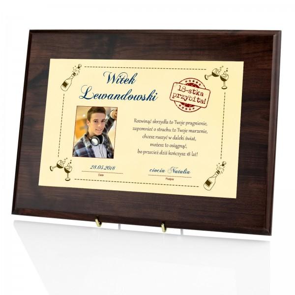 prezent na osiemnastkę dla kolegi certyfikat w drewnie z imieniem
